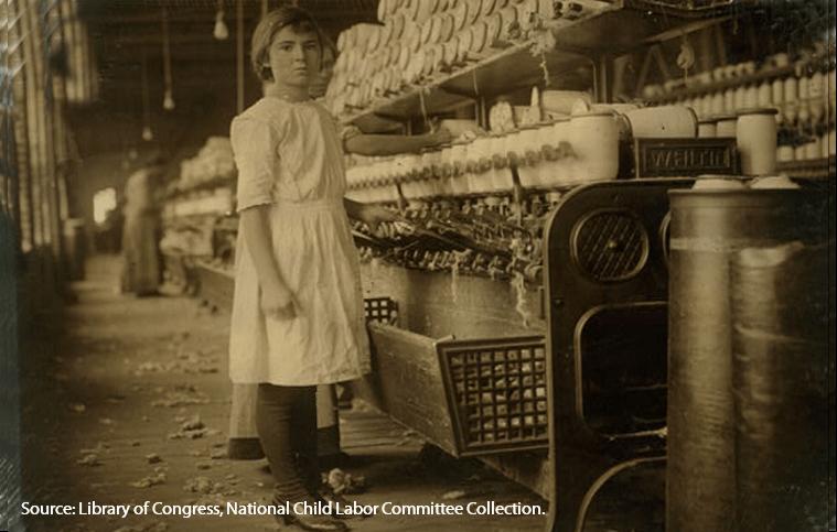 Foto em preto e branco de uma criança trabalhando numa fábrica.