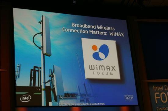 """Slide de um evento da Intel com o logo do WiMax escrito """"Conexão sem fio de banda larga é importante""""."""