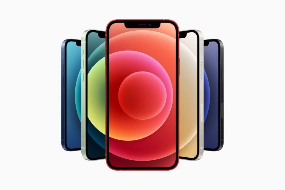 Seis iPhones 12, em cores variadas, enfileirados em modo 'leque', de modo que o do meio apareça por completo.