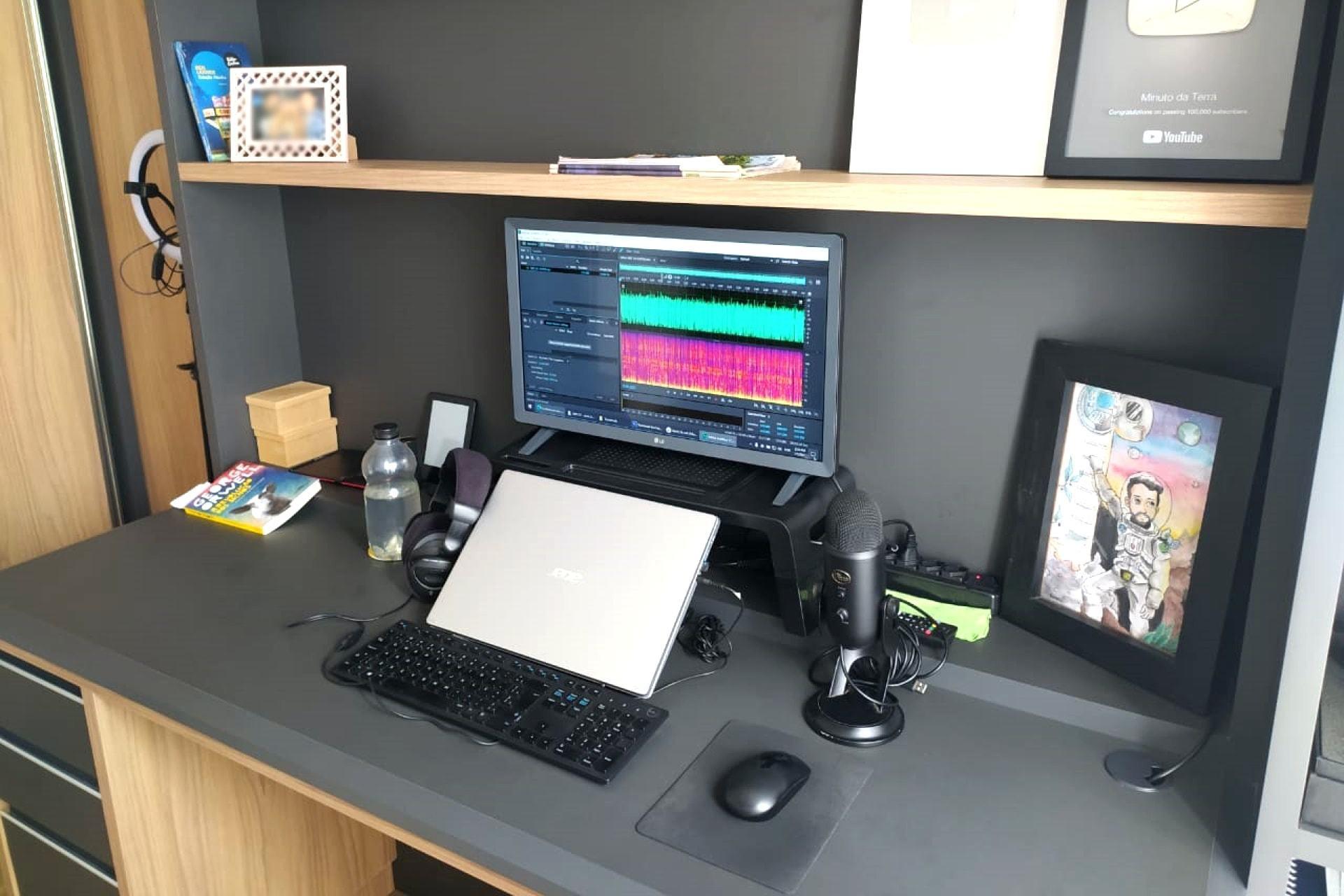 O escritório em casa do tradutor e narrador Leonardo Souza