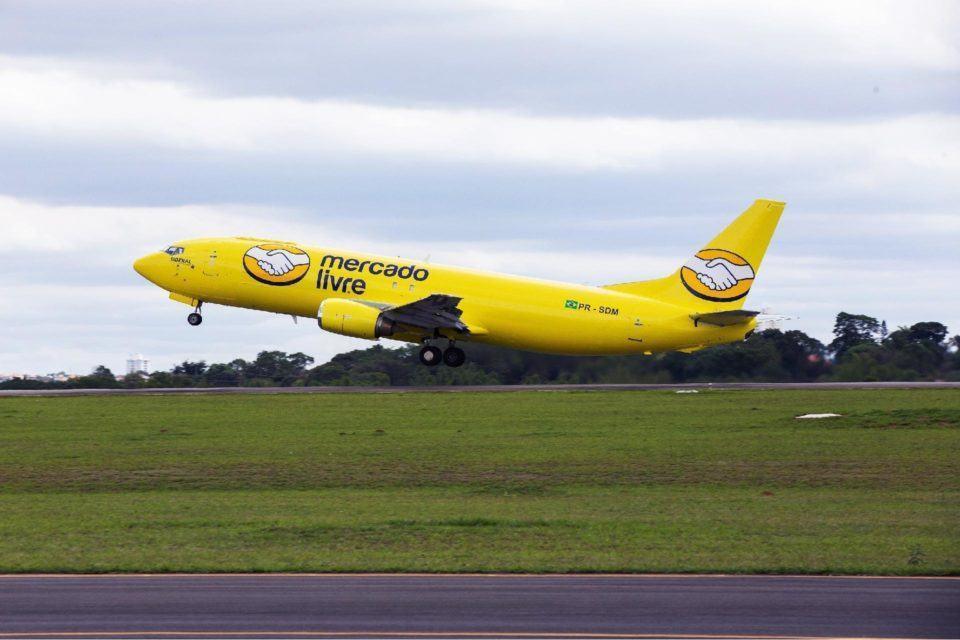 Avião amarelo do Mercado Livre decolando.